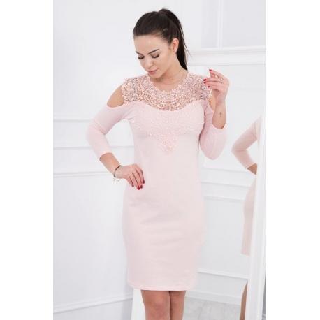 Šaty s krajkou a odhalenými ramenami